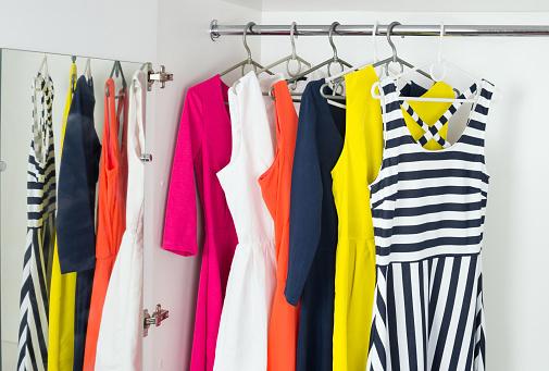 明るくモダンなファッションの女性のドレス